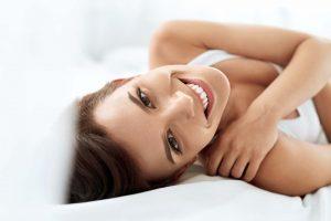 dormire bene migliora la pelle